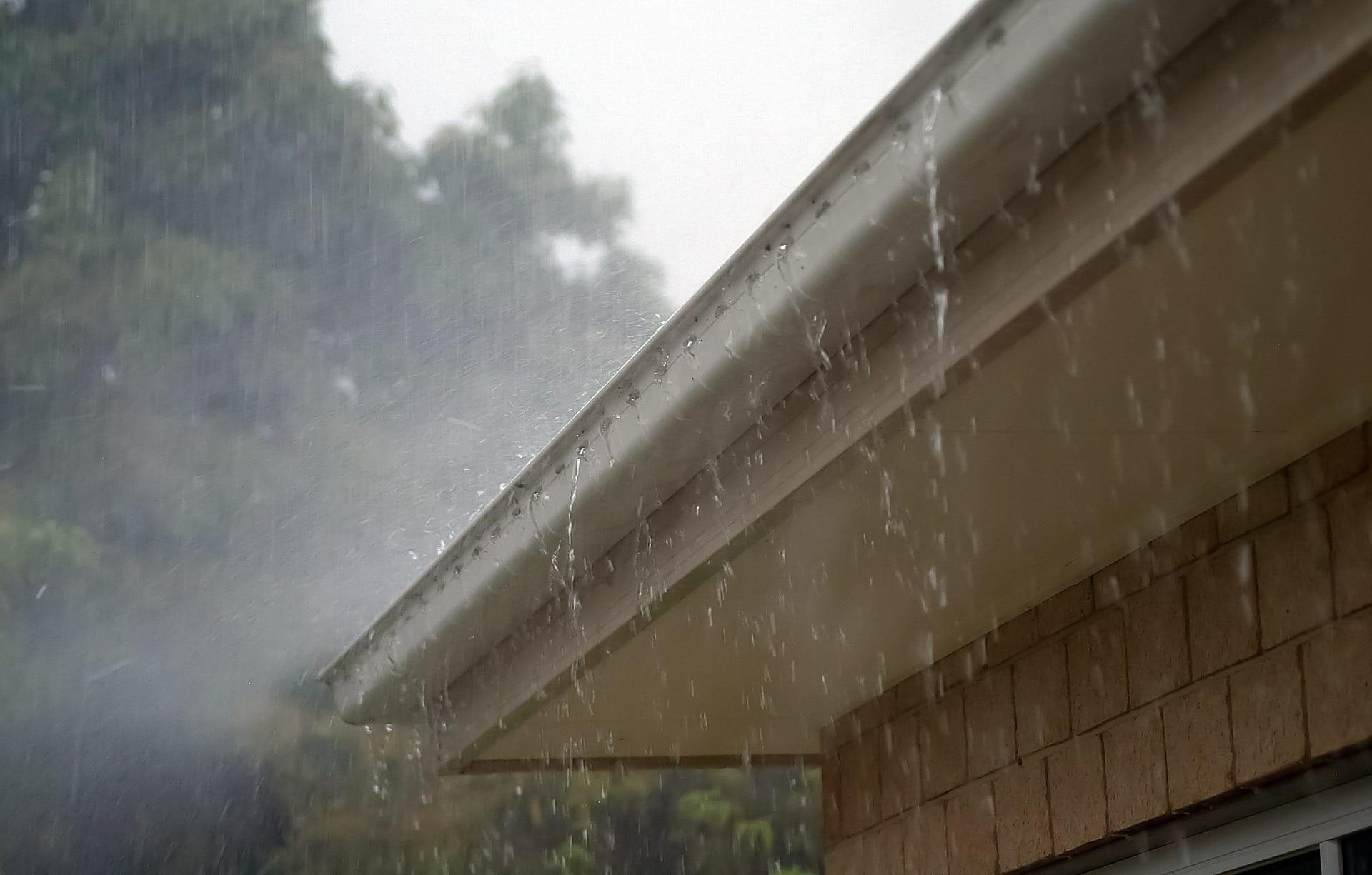 seamless gutters vs sectional gutters